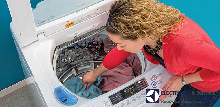 San đều quần áo ra xung quanh để tránh máy bị rung lắc